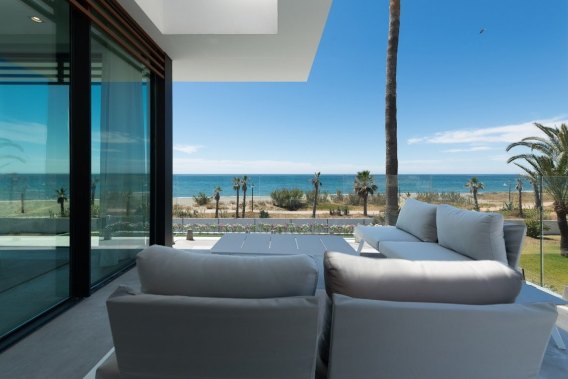 Villa en primera línea de playa en Estepona